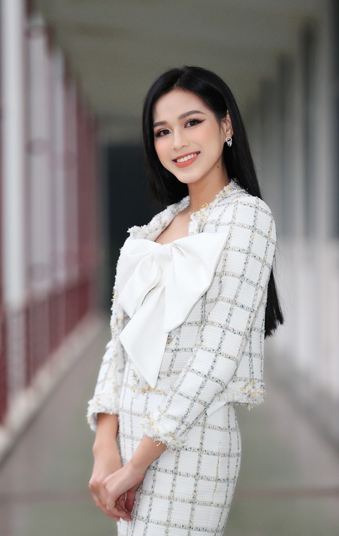 Soi trang phục Hoa hậu Đỗ Thị Hà trong các hoạt động nhân ái, xinh đẹp nền nã không có gì để chê - ảnh 2