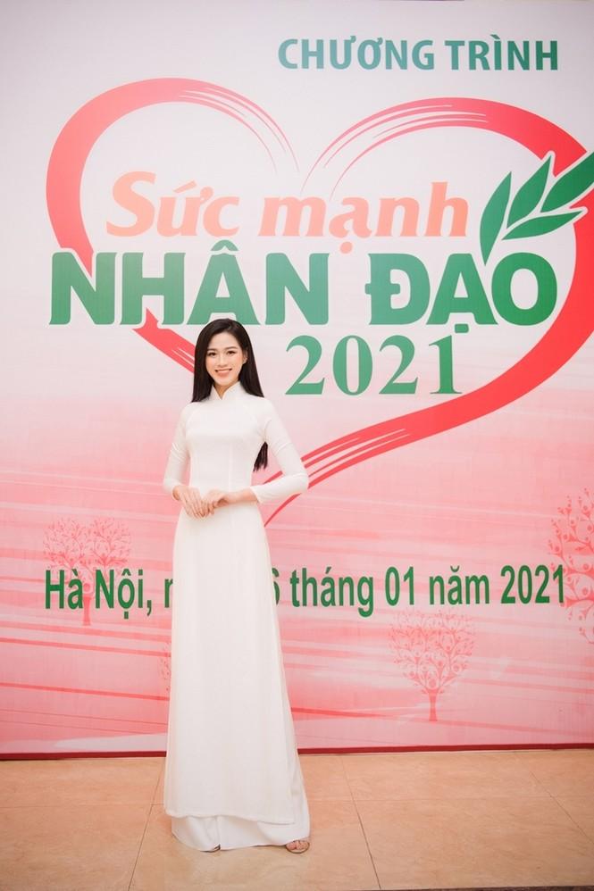Hoa hậu Đỗ Thị Hà xinh đẹp trong tà áo dài trắng khi chính thức đảm nhận cương vị mới - ảnh 1
