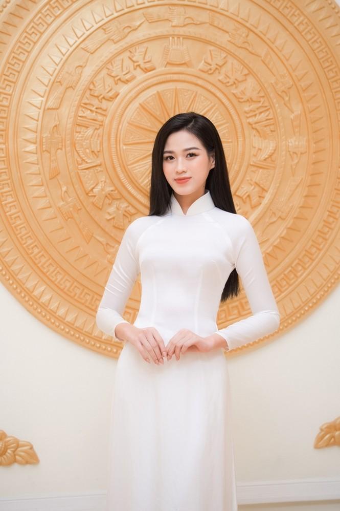 Hoa hậu Đỗ Thị Hà xinh đẹp trong tà áo dài trắng khi chính thức đảm nhận cương vị mới - ảnh 2
