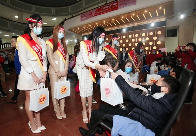 Hoa hậu Đỗ Thị Hà xinh đẹp trong tà áo dài trắng khi chính thức đảm nhận cương vị mới - ảnh 6