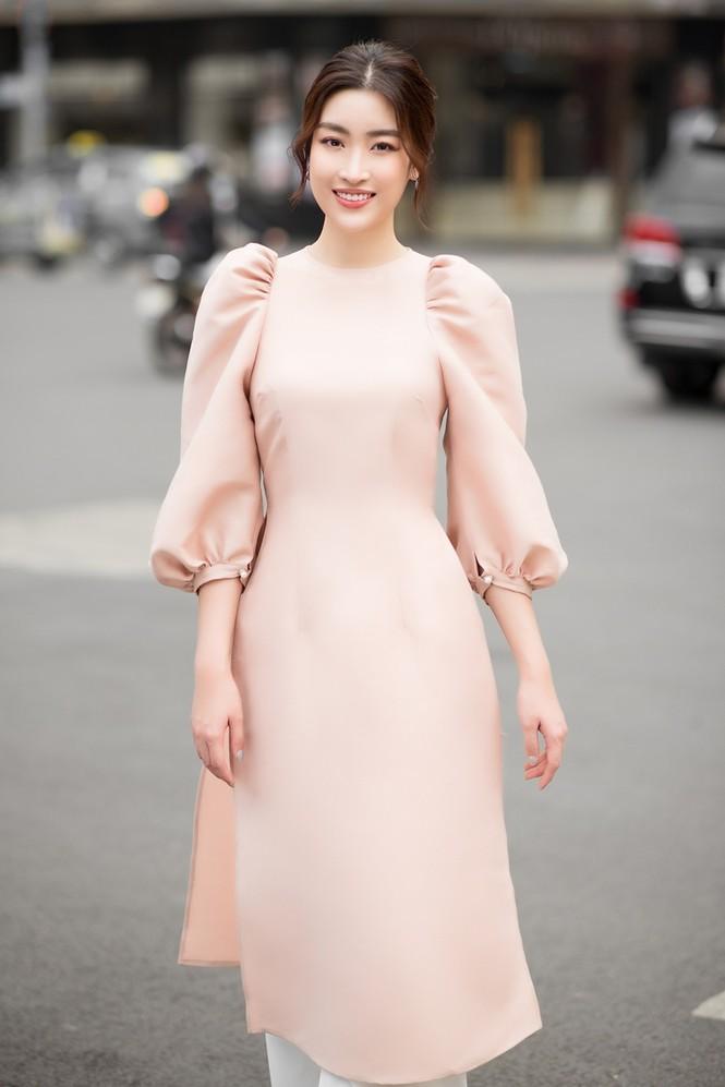 Hoa hậu Đỗ Mỹ Linh ra mắt BST áo dài Tết đến từ thương hiệu do cô sở hữu, Tiểu Vy làm mẫu - ảnh 3