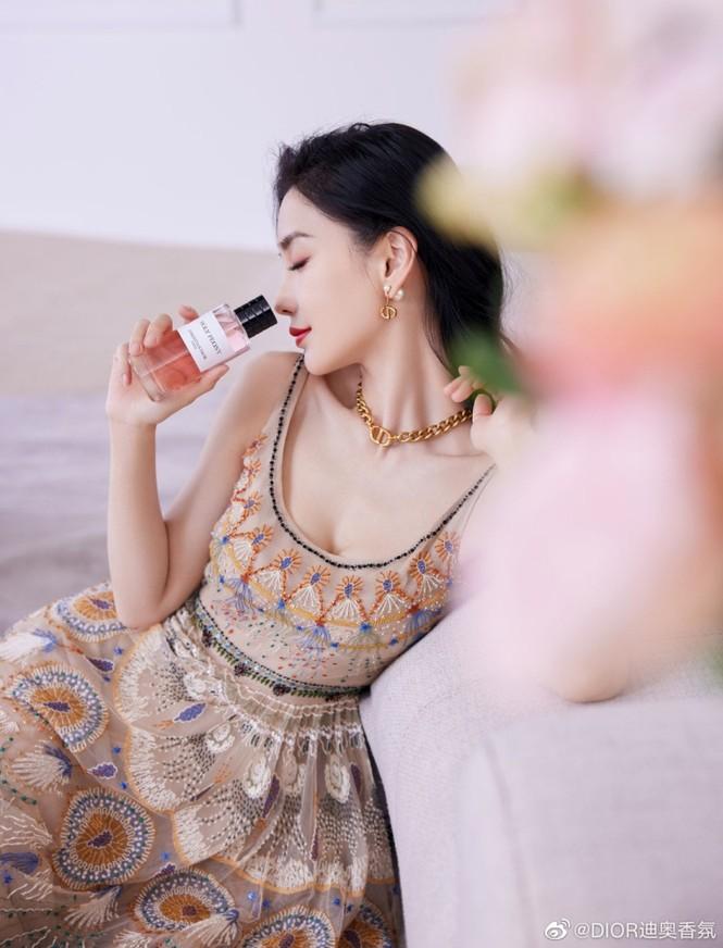 Cùng quảng cáo nước hoa Dior, hai đại sứ Jisoo (BLACKPINK) và Angela Baby lại được đem ra so sánh - ảnh 5