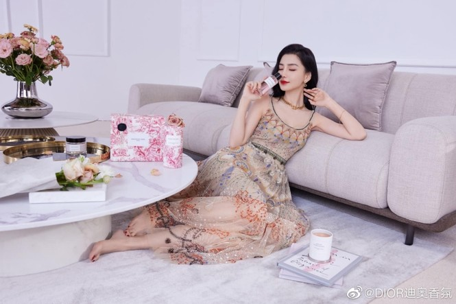 Cùng quảng cáo nước hoa Dior, hai đại sứ Jisoo (BLACKPINK) và Angela Baby lại được đem ra so sánh - ảnh 4