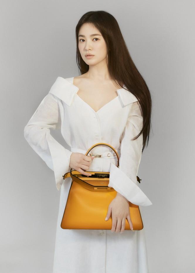 """Song Hye Kyo chính thức trở thành đại sứ thương hiệu của FENDI, khoe bộ ảnh đẹp như """"thiếu nữ mùa Xuân"""" - ảnh 4"""
