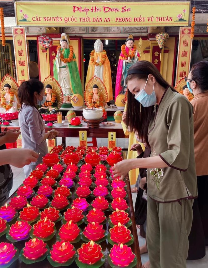 Muôn hình vạn trạng trang phục đi lễ chùa của sao Việt - ảnh 7