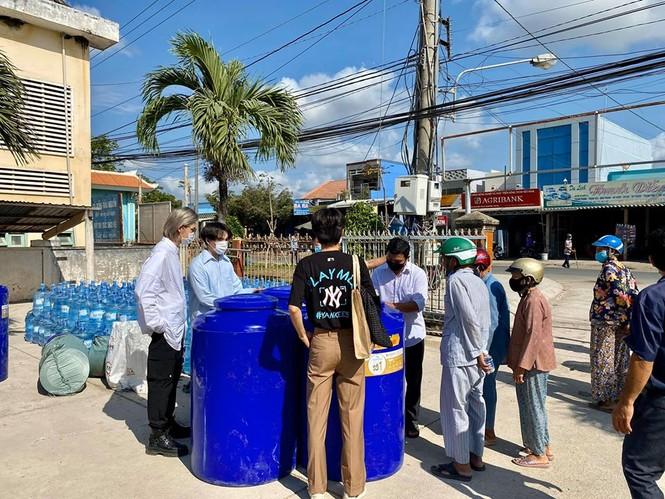 Nguyễn Trần Trung Quân - Denis Đặng xuống Bến Tre trao tặng nước ngọt cho bà con - ảnh 1