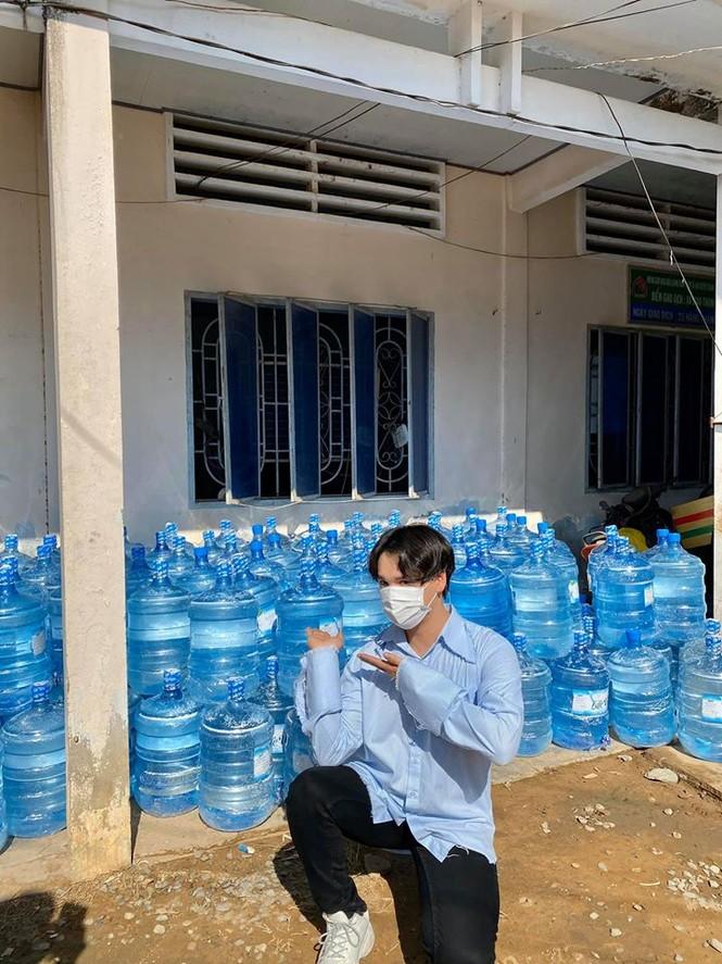 Nguyễn Trần Trung Quân - Denis Đặng xuống Bến Tre trao tặng nước ngọt cho bà con - ảnh 4