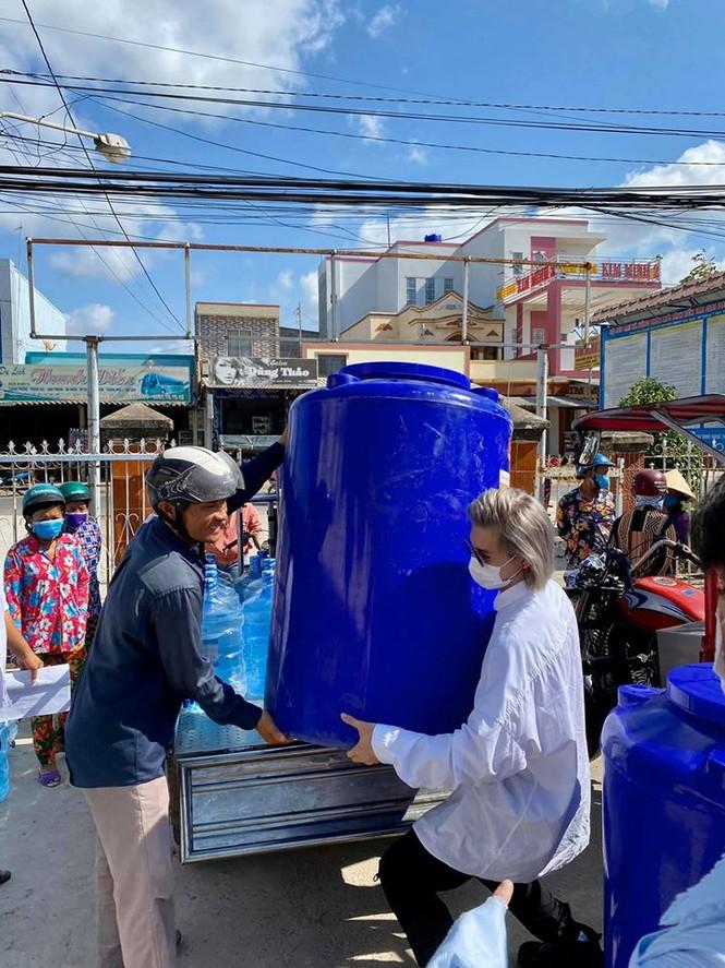 Nguyễn Trần Trung Quân - Denis Đặng xuống Bến Tre trao tặng nước ngọt cho bà con - ảnh 2