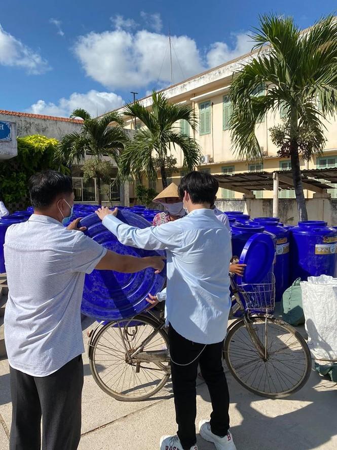 Nguyễn Trần Trung Quân - Denis Đặng xuống Bến Tre trao tặng nước ngọt cho bà con - ảnh 3