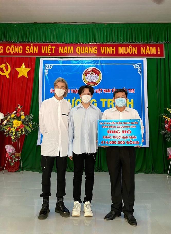 Nguyễn Trần Trung Quân - Denis Đặng xuống Bến Tre trao tặng nước ngọt cho bà con - ảnh 5