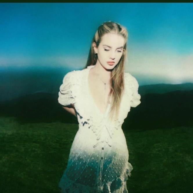 """Hãy đội mũ bảo hiểm khi xem MV mới của Lana Del Rey: Bẻ lái cực gắt khiến bạn """"hết hồn"""" - ảnh 2"""