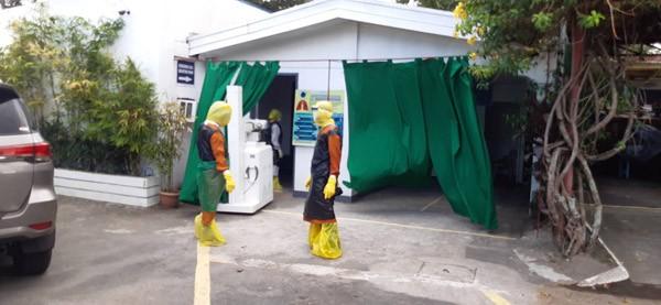 Thiếu thiết bị vật tư y tế, đội ngũ y bác sĩ phải tự chế đồ bảo hộ... từ túi đựng rác - ảnh 3