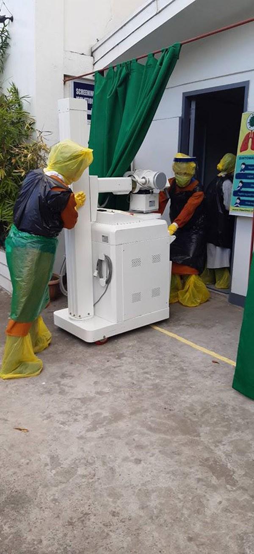 Thiếu thiết bị vật tư y tế, đội ngũ y bác sĩ phải tự chế đồ bảo hộ... từ túi đựng rác - ảnh 4