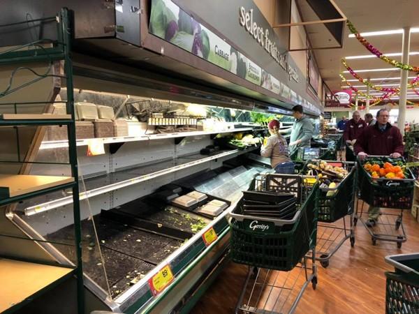 Một phụ nữ cố tình ho vào kệ thực phẩm, siêu thị phải tiêu hủy toàn bộ mặt hàng - ảnh 3