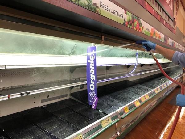 Một phụ nữ cố tình ho vào kệ thực phẩm, siêu thị phải tiêu hủy toàn bộ mặt hàng - ảnh 6