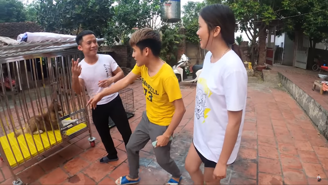 Con trai bà Tân Vlog gây xôn xao mạng xã hội vì hành động nhốt em gái vào cũi chó - ảnh 1