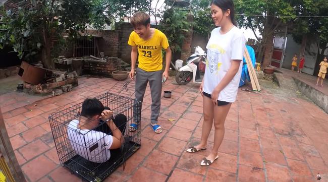 Con trai bà Tân Vlog gây xôn xao mạng xã hội vì hành động nhốt em gái vào cũi chó - ảnh 2