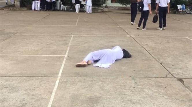 Bức ảnh nữ sinh nằm ở sân trường khiến MXH xôn xao, lý do sau đó khiến ai cũng