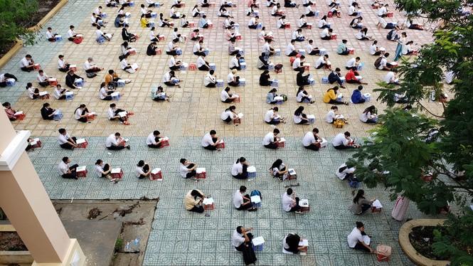 Trường THPT tại TP.HCM cho học sinh làm bài kiểm tra dưới sân trường để chống gian lận - ảnh 6