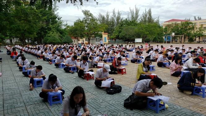Trường THPT tại TP.HCM cho học sinh làm bài kiểm tra dưới sân trường để chống gian lận - ảnh 1