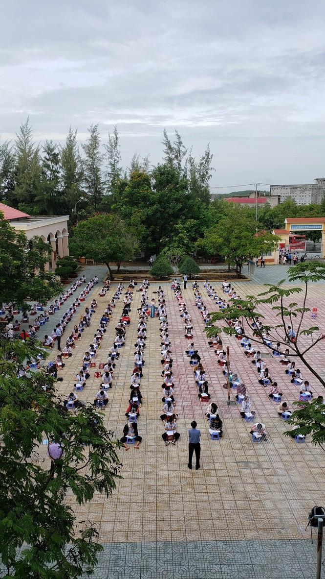 Trường THPT tại TP.HCM cho học sinh làm bài kiểm tra dưới sân trường để chống gian lận - ảnh 3