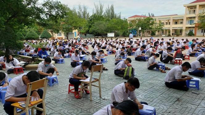 Trường THPT tại TP.HCM cho học sinh làm bài kiểm tra dưới sân trường để chống gian lận - ảnh 4