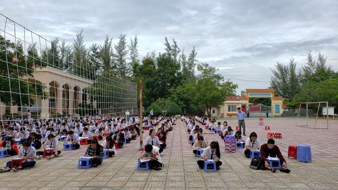 Trường THPT tại TP.HCM cho học sinh làm bài kiểm tra dưới sân trường để chống gian lận - ảnh 7