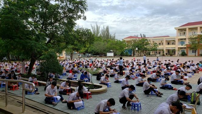Trường THPT tại TP.HCM cho học sinh làm bài kiểm tra dưới sân trường để chống gian lận - ảnh 5