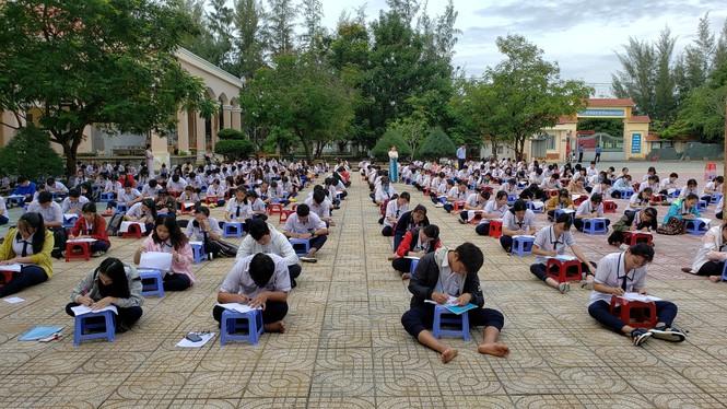 Trường THPT tại TP.HCM cho học sinh làm bài kiểm tra dưới sân trường để chống gian lận - ảnh 2