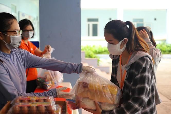 Một trường Cao đẳng tại Đà Nẵng tặng hàng trăm suất quà cứu trợ tới tận tay sinh viên - ảnh 1