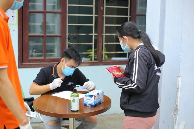 Một trường Cao đẳng tại Đà Nẵng tặng hàng trăm suất quà cứu trợ tới tận tay sinh viên - ảnh 2