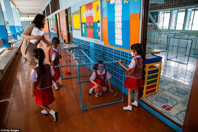 Đến trường an toàn: Học sinh Thái Lan học và chơi trong buồng giãn cách xã hội - ảnh 3