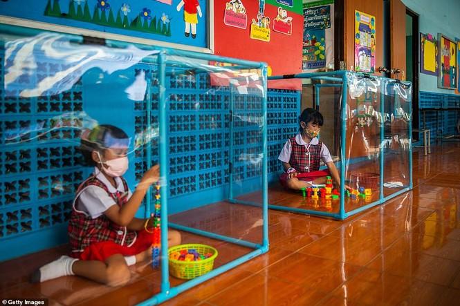 Đến trường an toàn: Học sinh Thái Lan học và chơi trong buồng giãn cách xã hội - ảnh 1