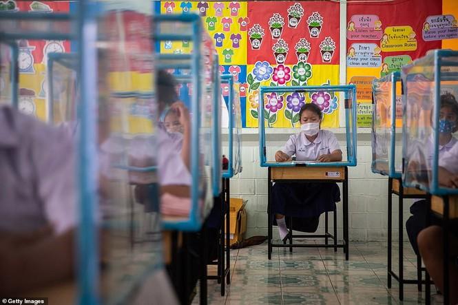 Đến trường an toàn: Học sinh Thái Lan học và chơi trong buồng giãn cách xã hội - ảnh 5