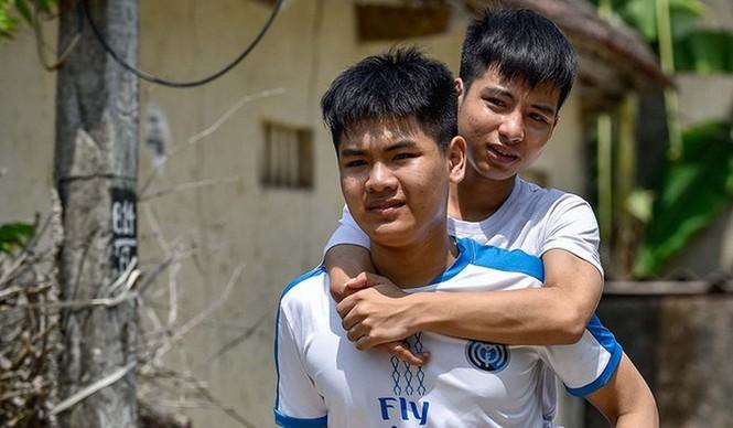 Tin tốt: Đại học Y dược Thái Bình miễn toàn bộ học phí cho nam sinh cõng bạn 10 năm đi học - ảnh 1