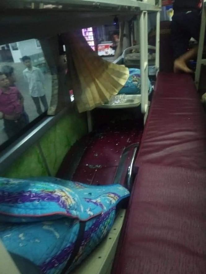 Xe chở hàng từ Sài Gòn ra Quảng Trị cứu trợ người dân vùng lũ bị ném đá vỡ kính ở Phú Yên - ảnh 2
