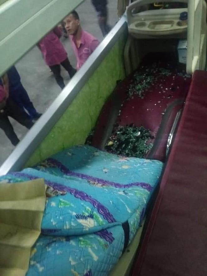 Xe chở hàng từ Sài Gòn ra Quảng Trị cứu trợ người dân vùng lũ bị ném đá vỡ kính ở Phú Yên - ảnh 3