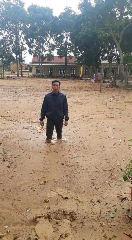Trường học ở Quảng Trị ngập trong bùn đất dày 1m, học sinh không thể đến trường gần 3 tuần - ảnh 1