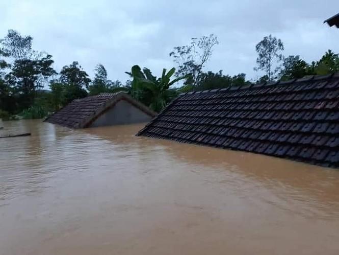 Cảnh tượng xót xa: Nhiều nơi tại Nghệ An ngập sâu trong nước lũ, khu vực biển bị sập bờ kè - ảnh 1