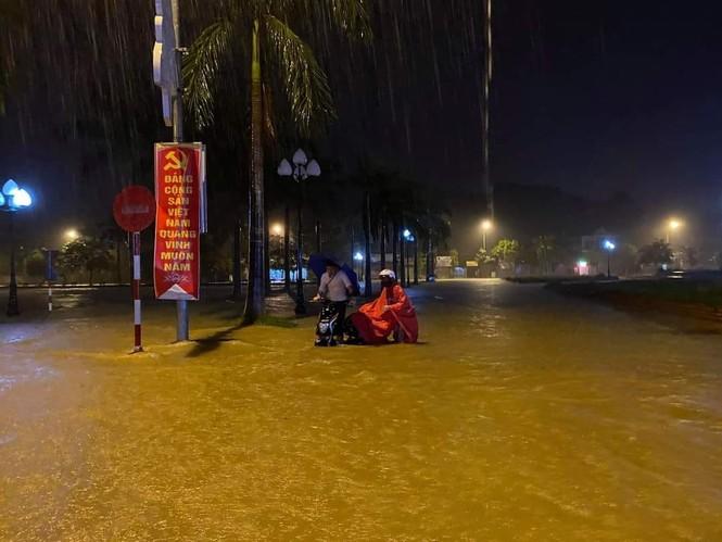 Cảnh tượng xót xa: Nhiều nơi tại Nghệ An ngập sâu trong nước lũ, khu vực biển bị sập bờ kè - ảnh 6