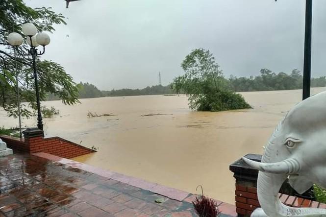 Cảnh tượng xót xa: Nhiều nơi tại Nghệ An ngập sâu trong nước lũ, khu vực biển bị sập bờ kè - ảnh 9