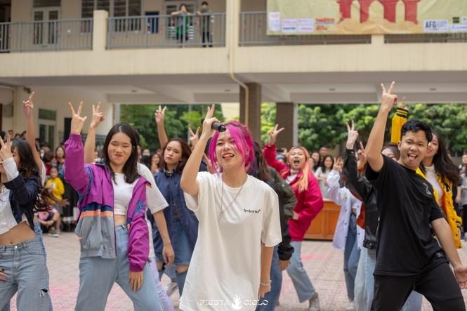 """Thầy và trò trường THPT Chuyên Sư Phạm """"cháy"""" hết mình trong sự kiện Flashmob Day - ảnh 3"""