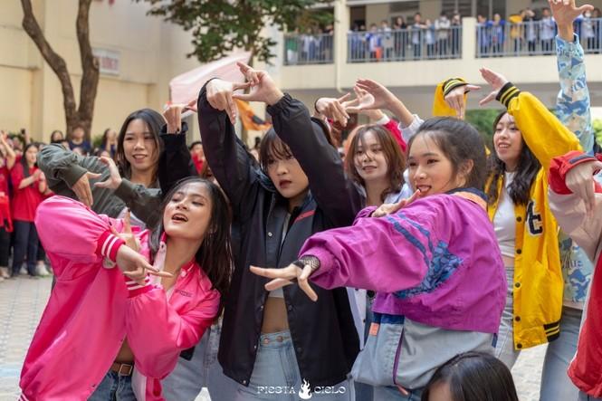 """Thầy và trò trường THPT Chuyên Sư Phạm """"cháy"""" hết mình trong sự kiện Flashmob Day - ảnh 2"""