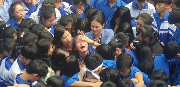 Hàng trăm thầy cô, học sinh của trường THPT ở Nghệ An ôm nhau khóc nức nở giữa sân trường - ảnh 5