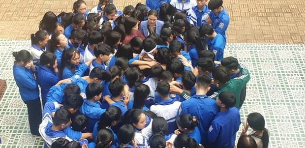 Hàng trăm thầy cô, học sinh của trường THPT ở Nghệ An ôm nhau khóc nức nở giữa sân trường - ảnh 2