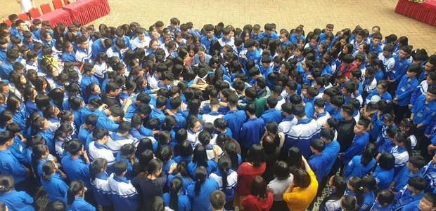 Hàng trăm thầy cô, học sinh của trường THPT ở Nghệ An ôm nhau khóc nức nở giữa sân trường - ảnh 1