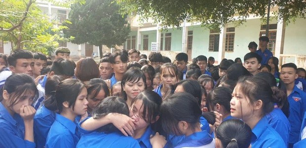 Hàng trăm thầy cô, học sinh của trường THPT ở Nghệ An ôm nhau khóc nức nở giữa sân trường - ảnh 4
