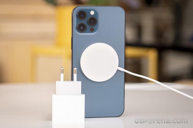 Apple có thể phải trang bị củ sạc cho iPhone 12, lý do bảo vệ môi trường chưa thuyết phục? - ảnh 2