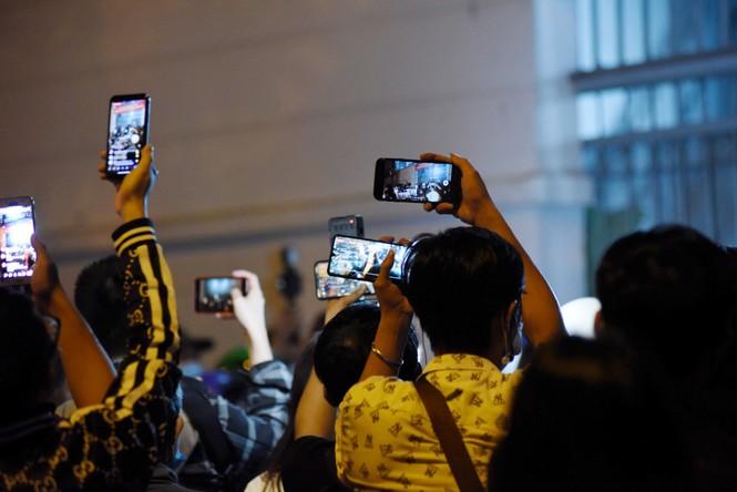 Các YouTuber chen lấn, xô đẩy trước cửa Cơ sở pháp y để livestream cố nghệ sĩ Chí Tài - ảnh 6