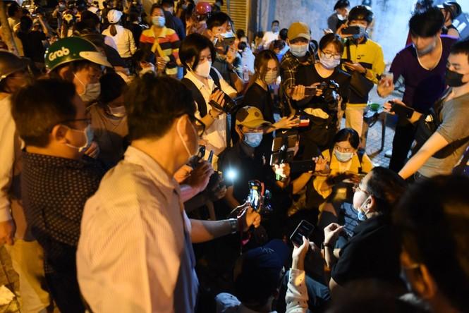 Các YouTuber chen lấn, xô đẩy trước cửa Cơ sở pháp y để livestream cố nghệ sĩ Chí Tài - ảnh 4